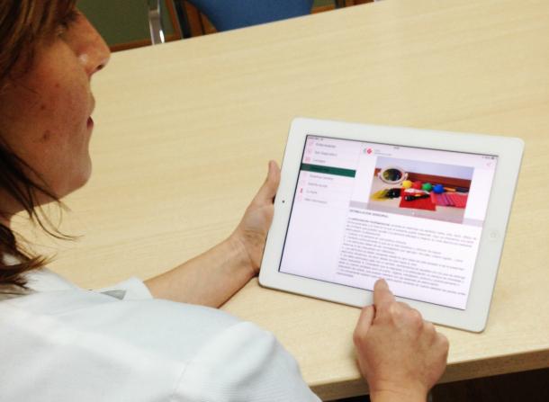 Doctor usando la App NeuroRHB